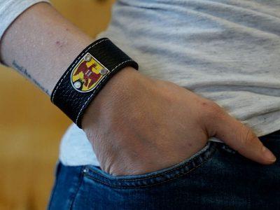 Armband mit Burgenland Wappen Leder schwarz Fotoshooting Kronigs Ledermanufaktur