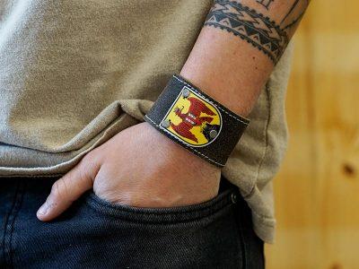 Trachten Lederarmband mit Burgenland Wappen Fotoshooting Kronigs Ledermanufaktur
