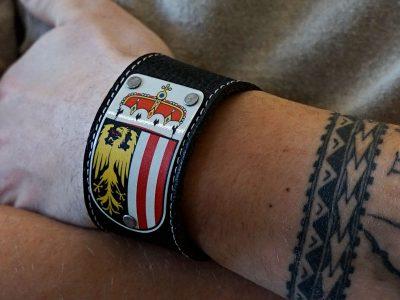 Armband mit Oberösterreich Wappen Leder schwarz Fotoshooting Kronigs Ledermanufaktur