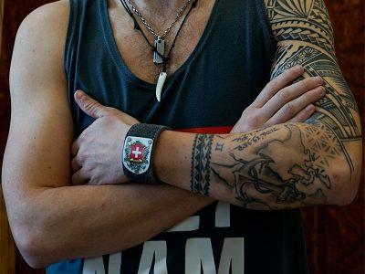 Armband mit Schweiz Wappen silbergrau Fotoshooting Kronigs Ledermanufaktur