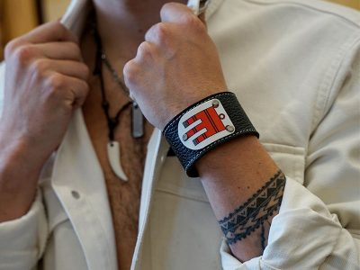 Armband mit Vorarlberg Wappen Leder schwarz Fotoshooting Kronigs Ledermanufaktur
