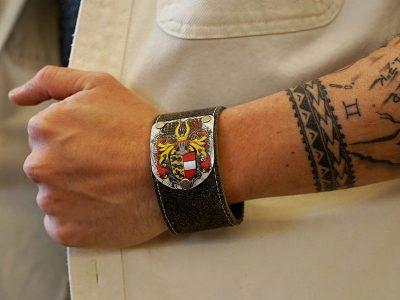 Kärnten Armband Herzale mit Wappen Fotoshooting Kronigs Ledermanufaktur